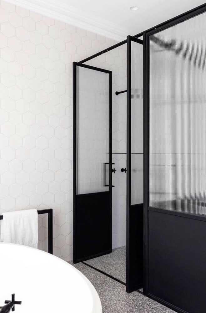 Conjunto completo para o banheiro: porta e box de vidro canelado