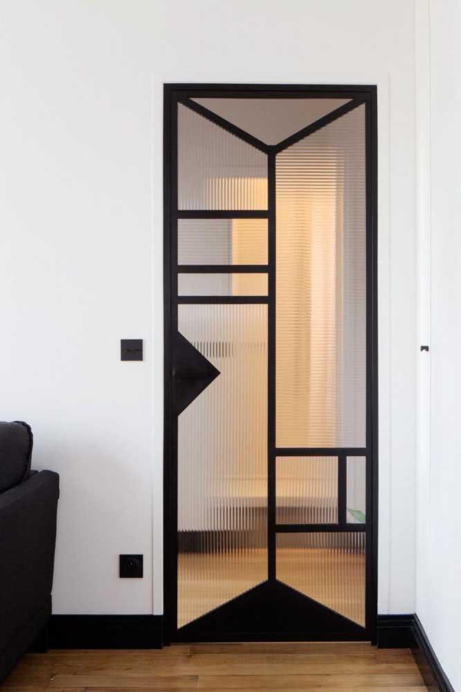 O vidro canelado ainda pode ganhar a companhia de formas geométricas, como aqui nessa porta