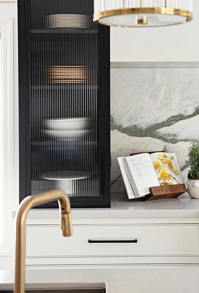 Que tal usar vidro canelado para a porta do armário da cozinha?
