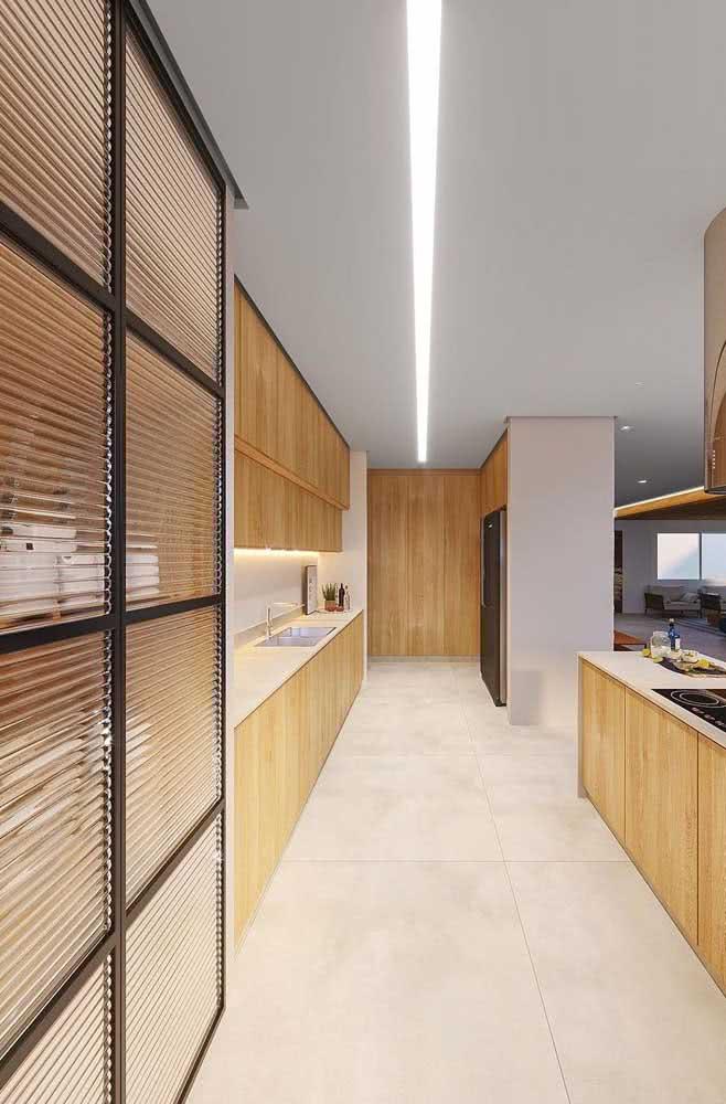 Porta de armário de cozinha com vidro canelado. O diferencial dessa decoração