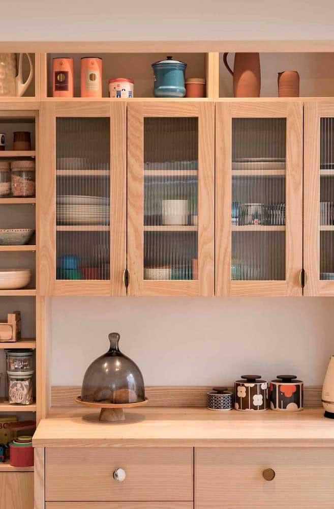 De madeira, MDF ou metal, as portas dos armários sempre combinam com o vidro canelado