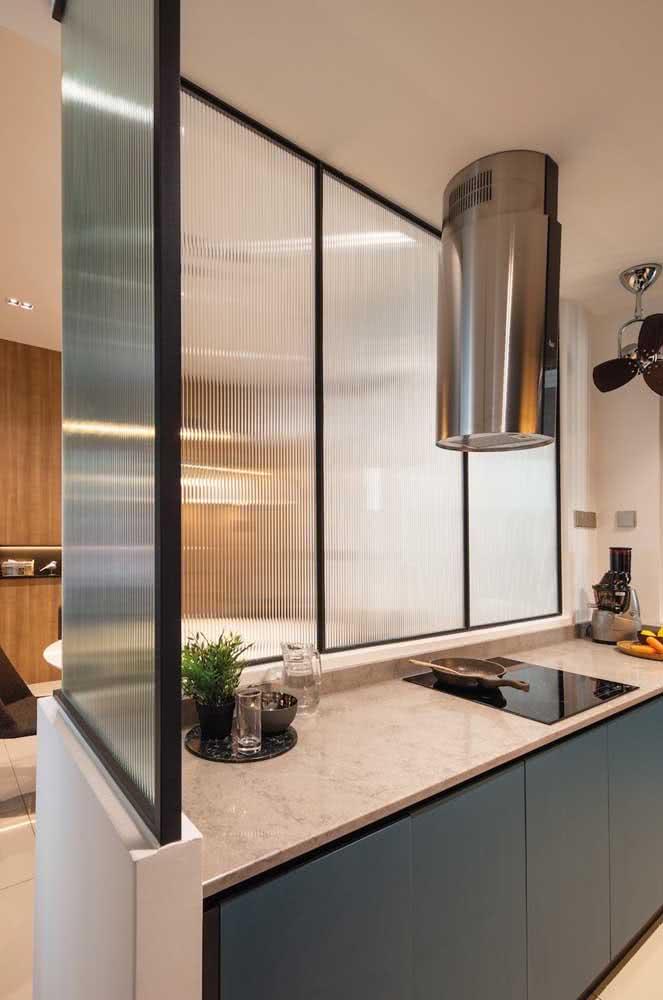 Uma cozinha devidamente dividida com o vidro canelado