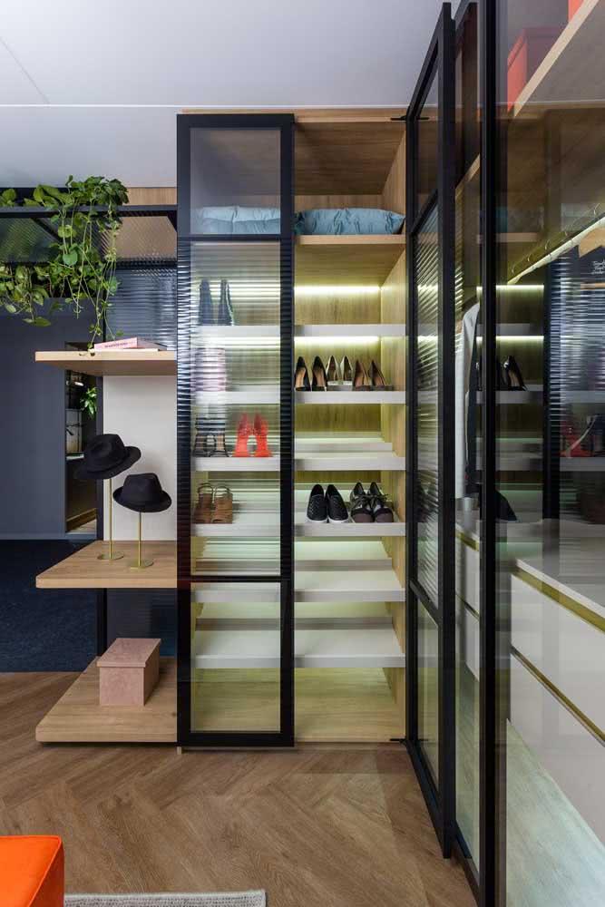 Closet de vidro canelado: charmoso e cheio de estilo
