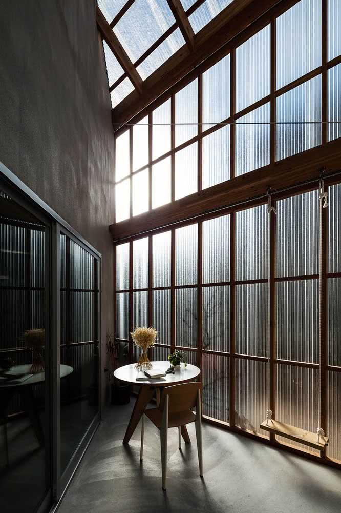 O vidro canelado permite a passagem total da luz para dentro de casa