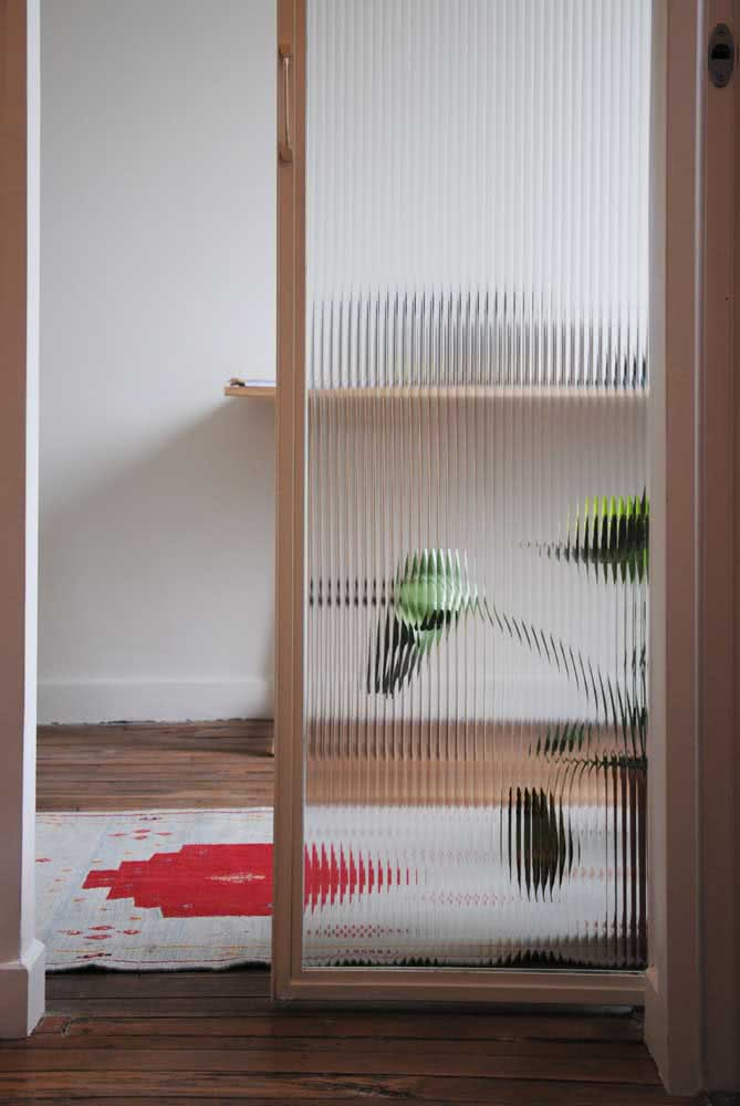O vidro canelado traz um ar retrô super aconchegante para os ambientes