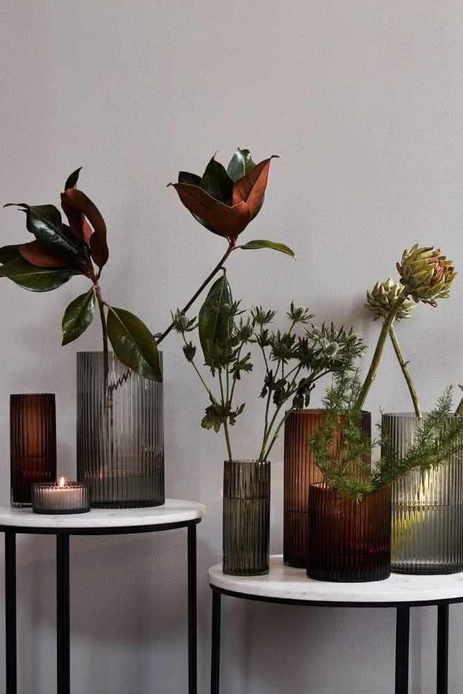 Já pensou em vasos feitos de vidro canelado? Olha só que lindos!