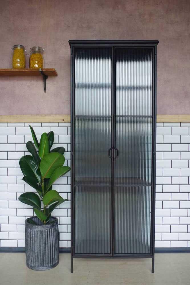 Armário simples, mas valorizado pelas portas de vidro canelado