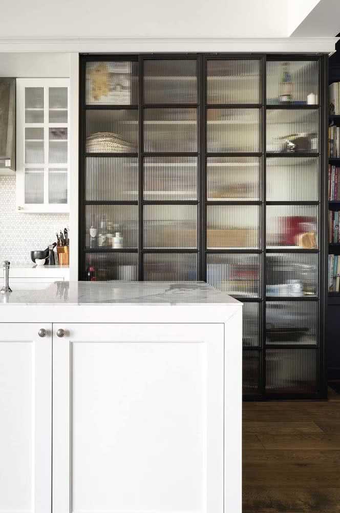 Canelado e quadriculado: dois efeitos lindos em um só armário