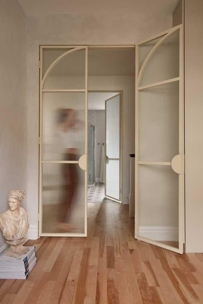 Se o vidro é canelado, a porta pode e deve ser vintage