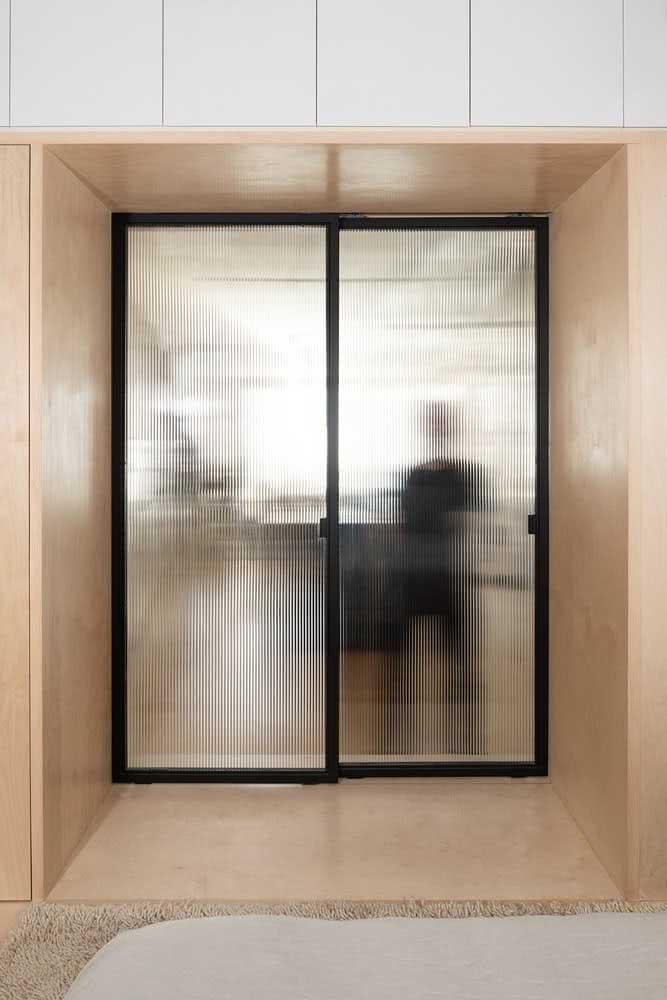 O vidro canelado distorce as imagens e isso é perfeito para quem busca privacidade