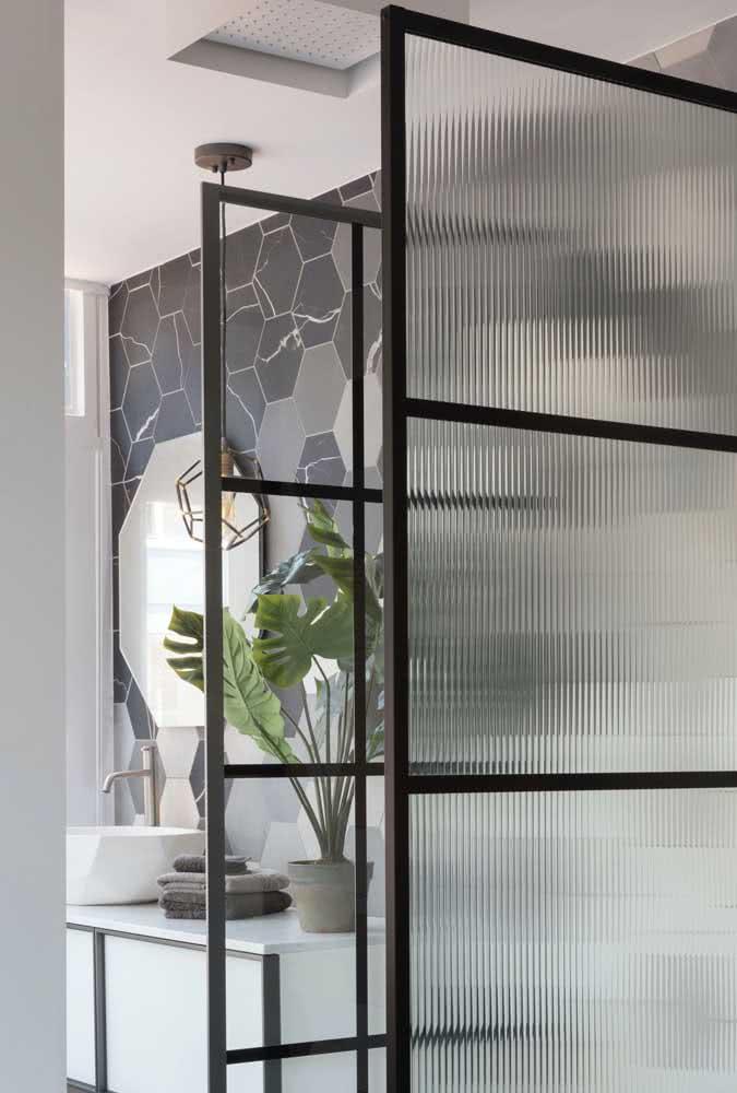 Composição entre vidro comum transparente e vidro canelado