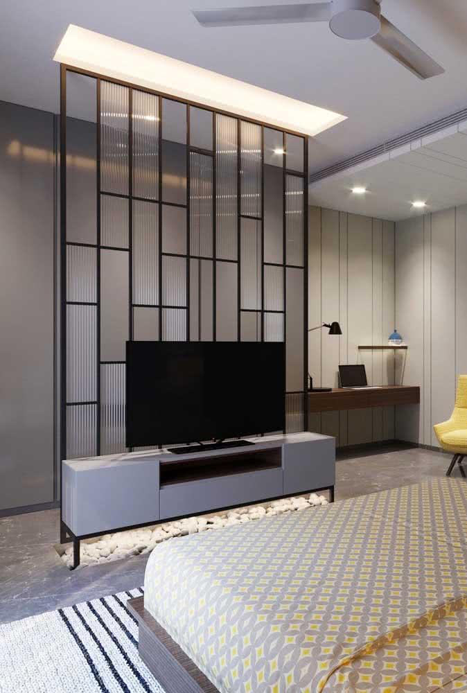 O que acha de fazer o painel para TV com vidro canelado?