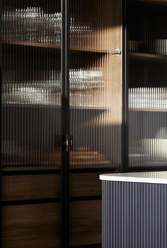 E se ao invés de portas de madeira você usar portas de vidro canelado no closet?