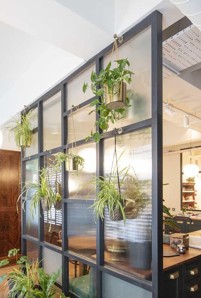 A divisória de vidro canelado fica ainda mais charmosa com as plantinhas