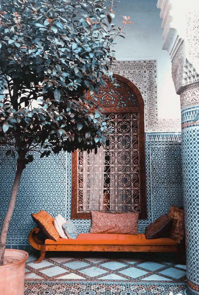 Hall de entrada com decoração árabe. Destaque para os azulejos e os arabescos na janela