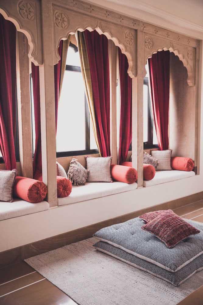 Decoração árabe para sala de estar com ornamentação de colunas arabescas sobre os estofados