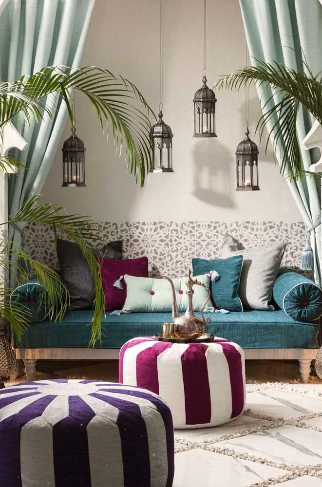 Pufes, tapetes, cortinas, almofadas e tudo mais que você puder inserir para trazer conforto ao ambiente