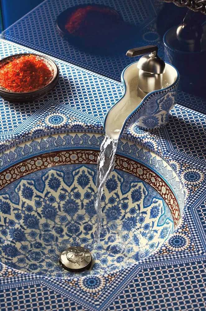 Pia de banheiro com inspiração árabe. Repare no luxo desses azulejos e na torneira delicada de cerâmica