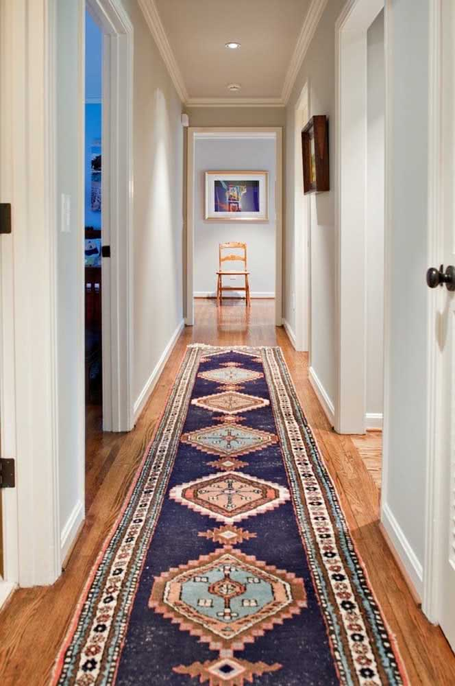 Para esse corredor bastou o tapete passadeira em estilo árabe
