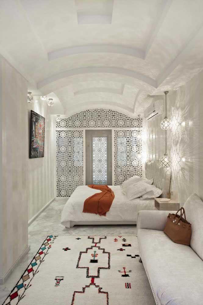 O painel de muxarabi traz iluminação, ventilação e a inconfundível estética árabe