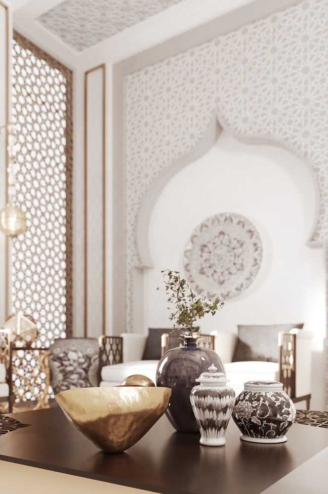 Aqui, o nicho na parede faz referência aos famosos palácios árabes