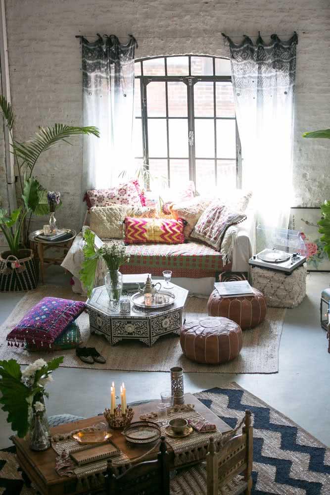 Pufes, almofadas e moveis típicos fazem a decoração árabe desta sala de estar