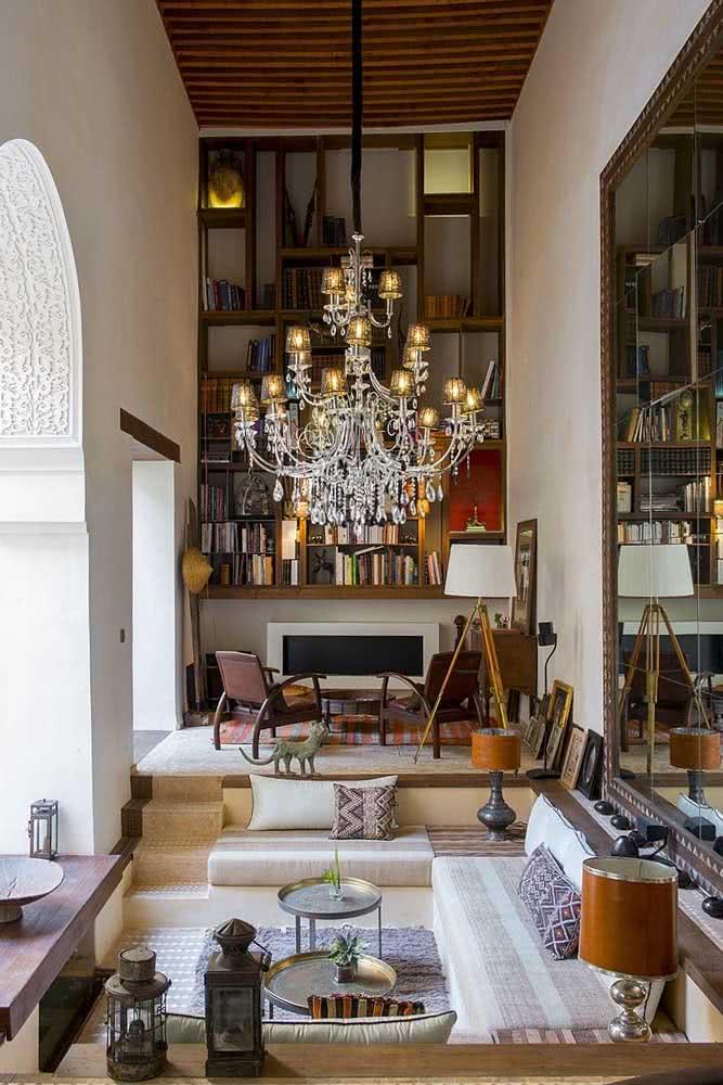 Um belo e imponente lustre para fechar com chave de ouro a decoração árabe