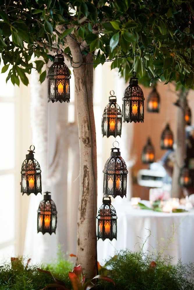 Para a área externa uma ótima ideia é pendurar lanternas nas árvores