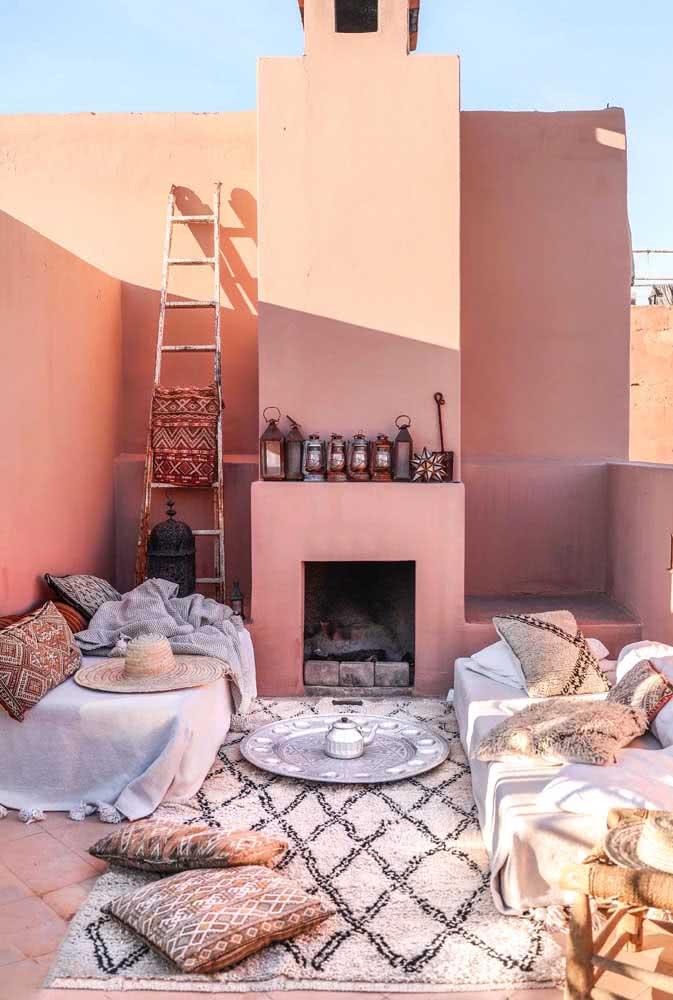 Tons terrosos, tecidos e um tapete macio para decorar a varanda e passar a tarde