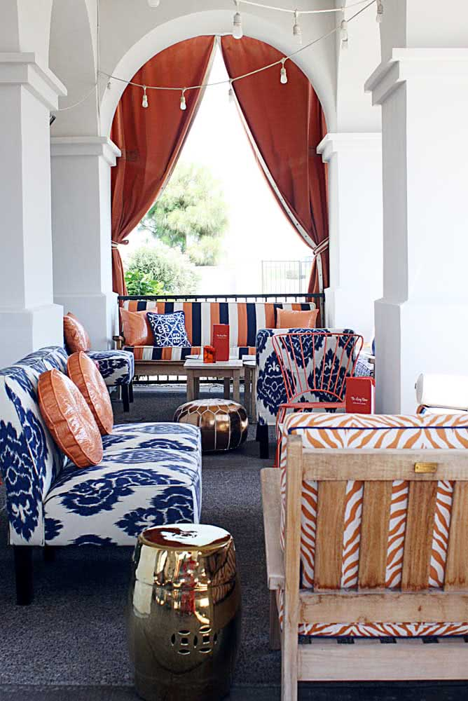 Azul e laranja são a base de cores dessa decoração árabe