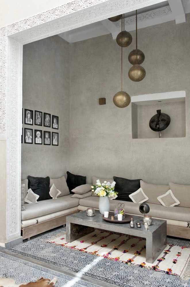 Elegante e moderna, essa decoração árabe de sala de estar apostou em tons neutros