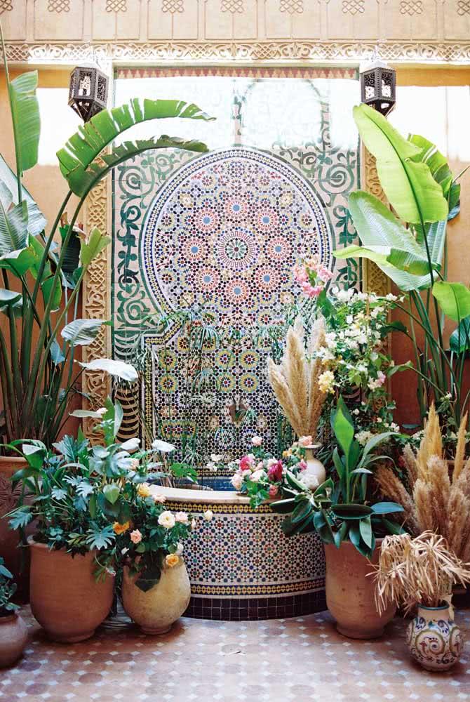A típica e tradicional fonte árabe no pátio interno. As plantas são outro elemento que não pode faltar