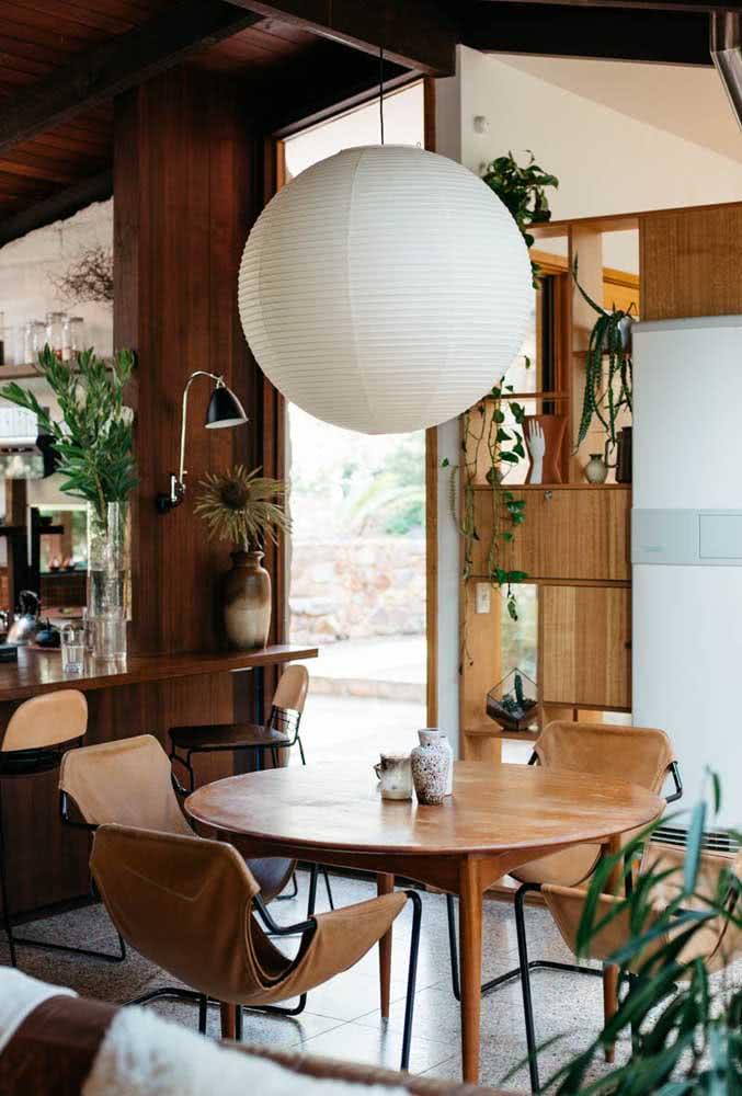 Lanterna japonesa branca para sala de jantar. Repare que a cor da lanterna contrasta perfeitamente com a cor mais escura do ambiente