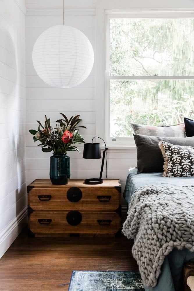 Você não precisa usar a lanterna japonesa apenas centralizada no teto, use-a também na lateral da cama sobre a mesinha de cabeceira