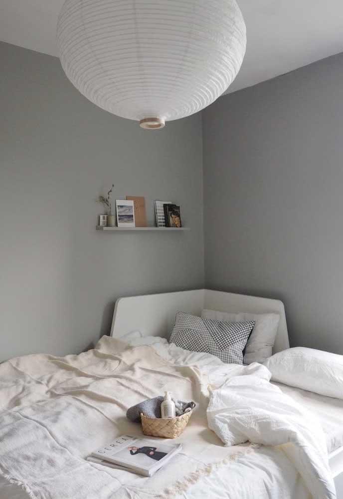 Lanterna japonesa branca no quarto de paredes cinzas