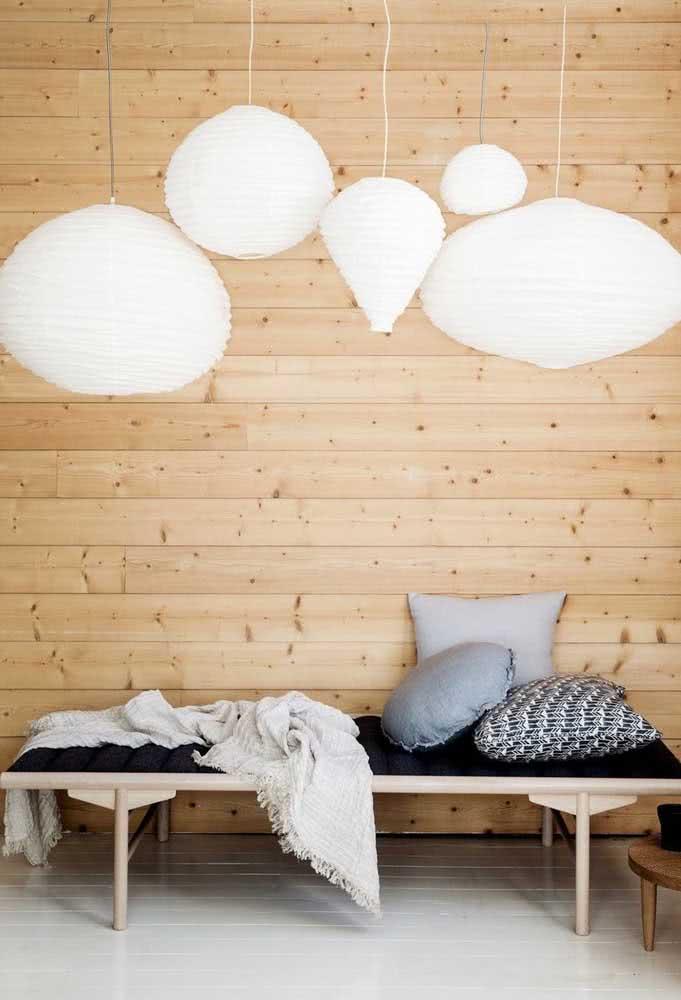 A madeira rústica de pinus ganhou destaque com a delicadeza das lanternas japonesas brancas e de formatos variados