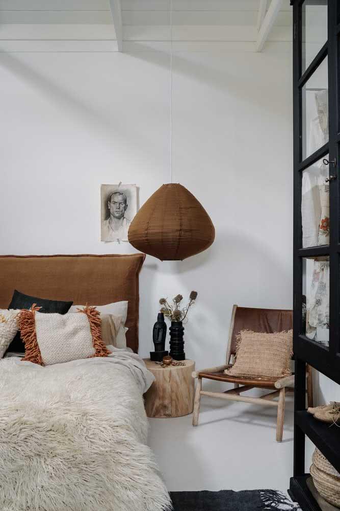 Lanterna japonesa marrom combinando com o restante da decoração do quarto