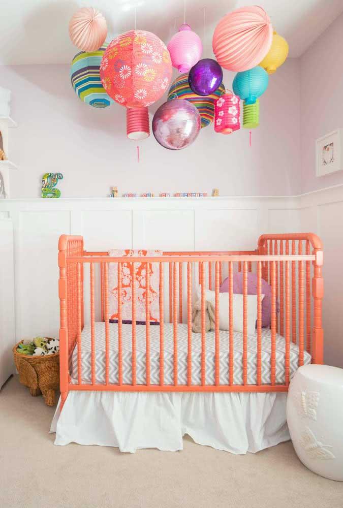 Pra quê mobile? Aqui, as lanternas coloridas garantem um belo efeito lúdico para o quarto do bebê