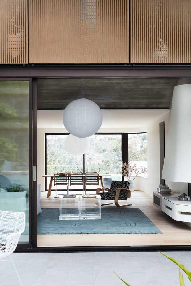 Decoração moderna e lanterna japonesa branca: uma combinação que sempre cai bem