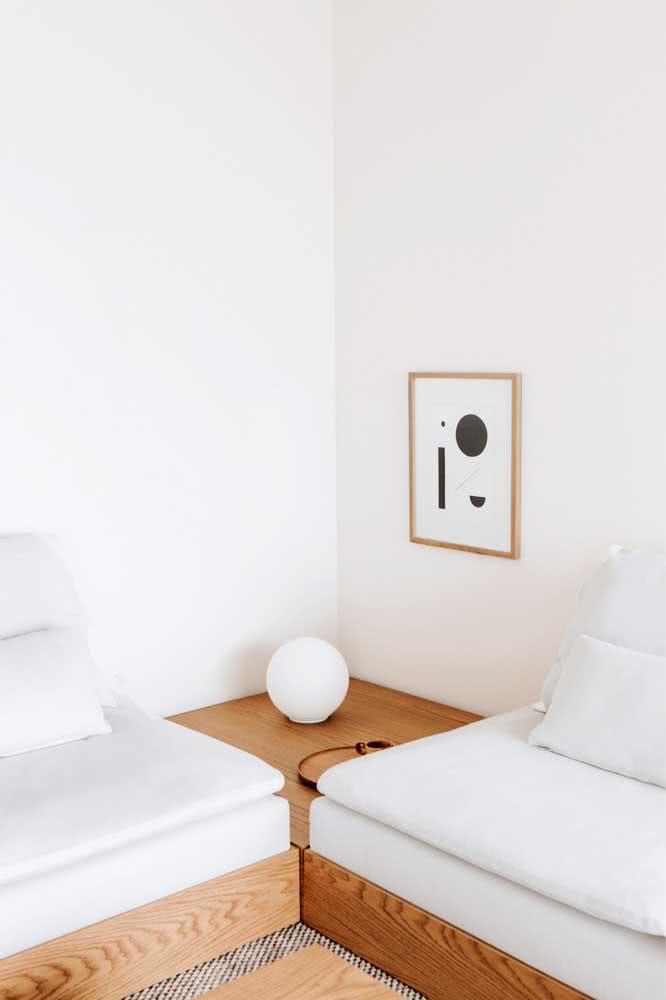 Discreta, pequena e elegante sobre a mesinha lateral da sala de estar