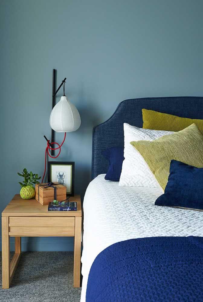 Na lateral da cama, a lanterna japonesa oferece uma luz perfeita