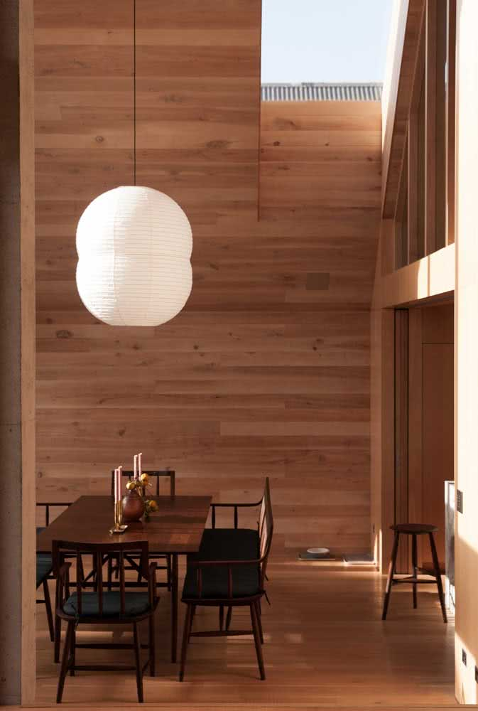 Decoração com lanternas japonesas na sala de jantar clean e sofisticada. Uma prova de que as lanternas cabem em qualquer espaço