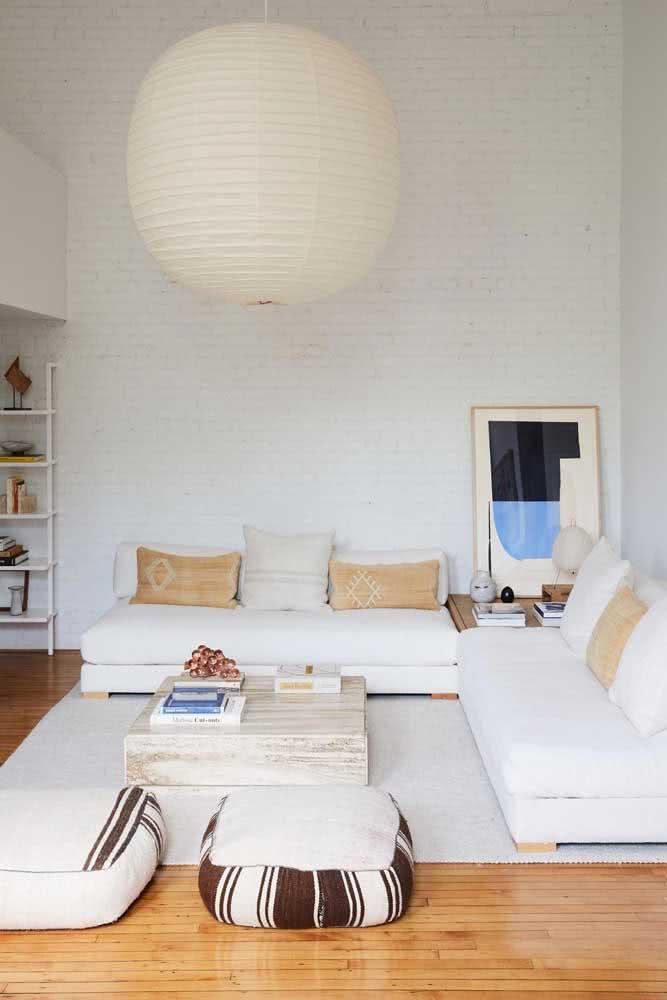 Já a sala de estar branca apostou em uma lanterna japonesa na mesma cor para criar unidade