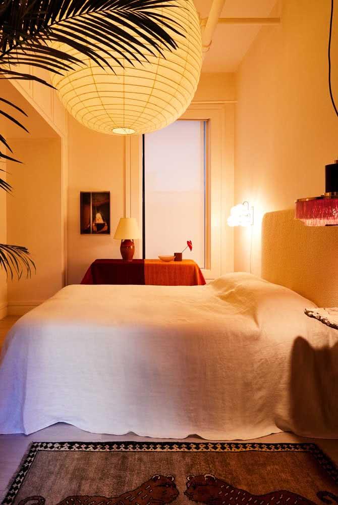No quarto do casal, a lanterna japonesa é sinônimo de conforto e aconchego