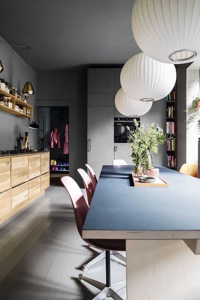 Se a mesa de jantar for grande, use mais de uma lanterna japonesa para dar conta de preencher todo o espaço