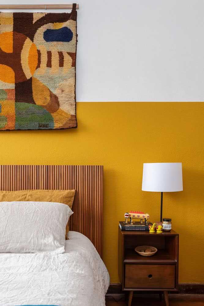 A madeira é um ótimo complemento da cor mostarda, seja onde for