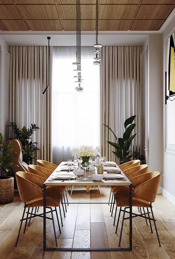 Aqui nessa sala de jantar, o tom mostarda traz a quentura dos elementos naturais
