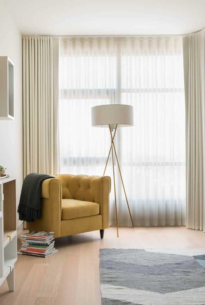 Que tal eleger uma mobília do ambiente para receber a cor mostarda? Aqui, a escolhida foi a poltrona.