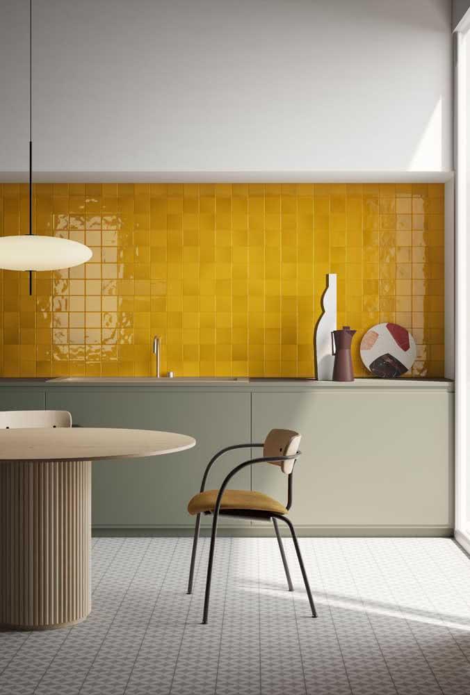 Já essa cozinha moderna em tons de cinza ganhou luz e calor com o revestimento mostarda