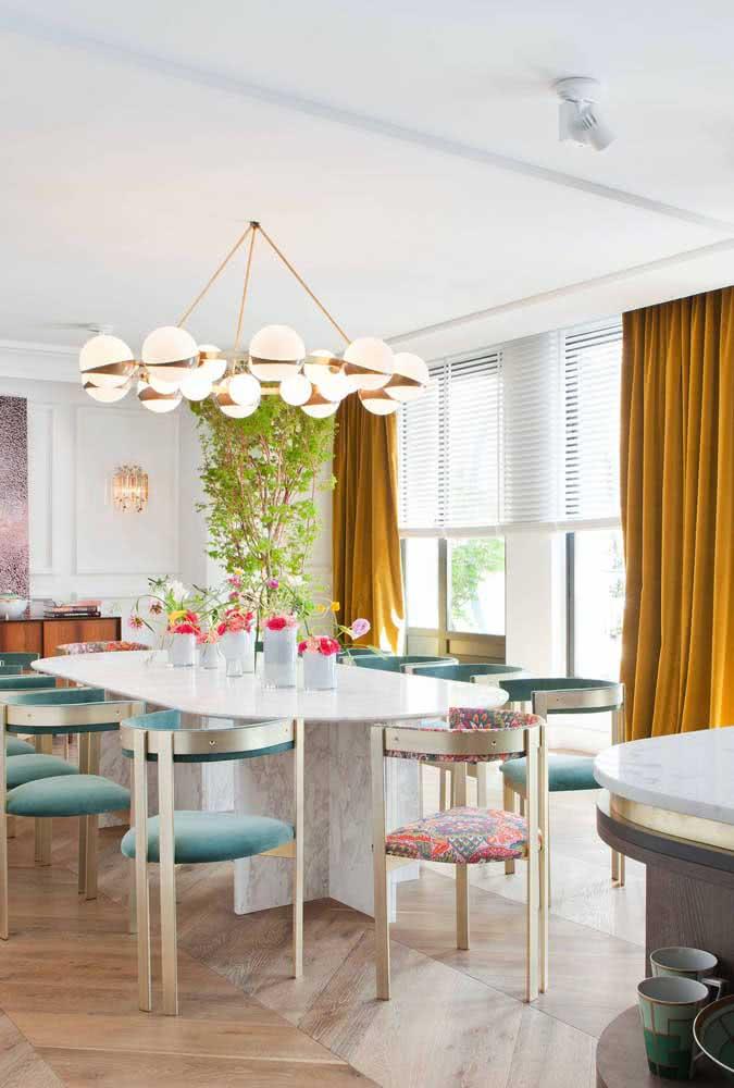 Cortinas mostarda de veludo e a sua sala de jantar não precisa de mais nada!